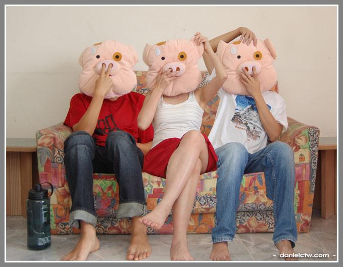 3 Piggies On a Sofa